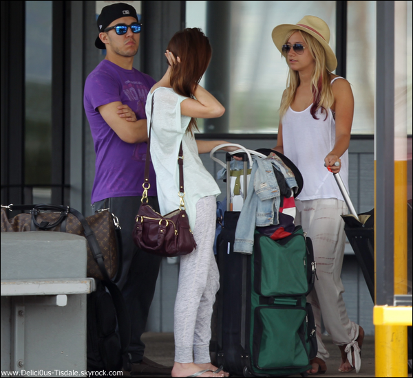 Ashley arrivant à l'aéroport Honolulu International en compagnie de Samantha Droke et Carlos Pena à Hawaii ce Dimanche 18 Mars.