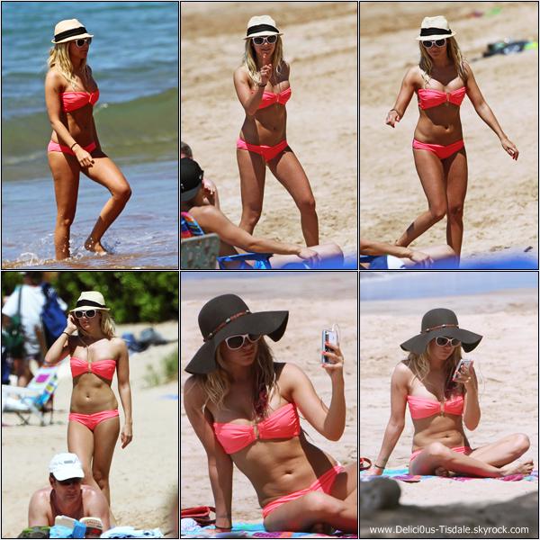 Ashley profitant de ses vacances sur la plage de Maui avec Samantha Droke à Hawaii ce Lundi 19 Mars.