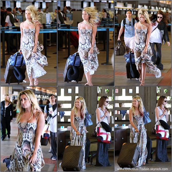 Ashley arrivant à l'aéroport de Maui en compagnie de Samantha et Carlos afin de rentrer à Los Angeles ce Vendredi 23 Mars.