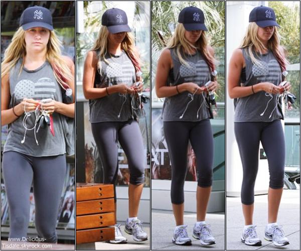 Ashley arrivant à la salle de gym Equinox dans West Hollywood ce Samedi 24 Mars.
