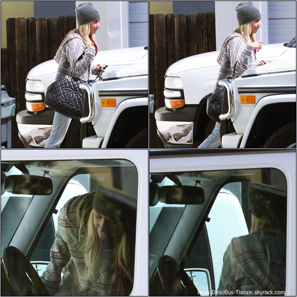 Ashley quittant un bureau dans Studio City ce Mardi 27 Mars.