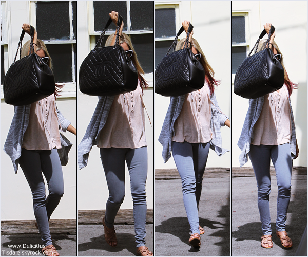 Ashley quittant un bureau dans Studio City ce Dimanche 1er Avril.