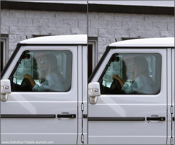 Ashley quittant un bureau dans Studio City ce Dimanche 1er Avril.
