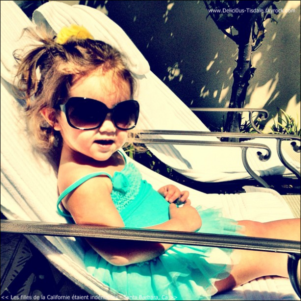Ashley profitant de son week-end de Pâques au bord d'une piscine avec sa famille à Santa Barbara ce Samedi 07 Avril.
