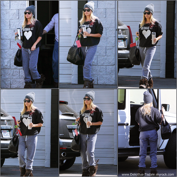 Ashley quittant un bureau dans Studio City ce Lundi 09 Avril.
