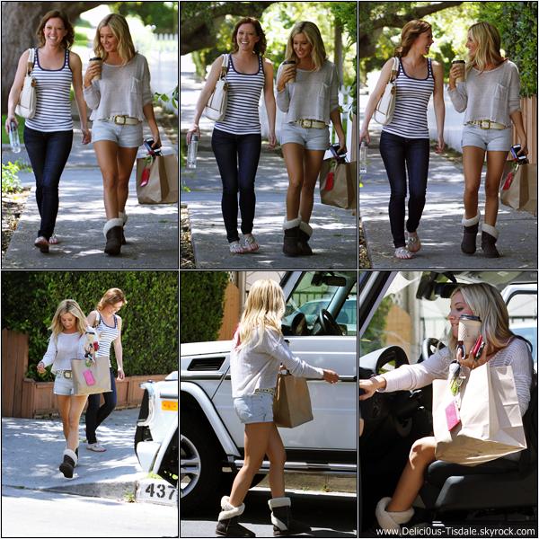 Ashley se promenant avec sa nouvelle co-star Patti Murin dans les rues de Studio City ce Mardi 17 Avril.