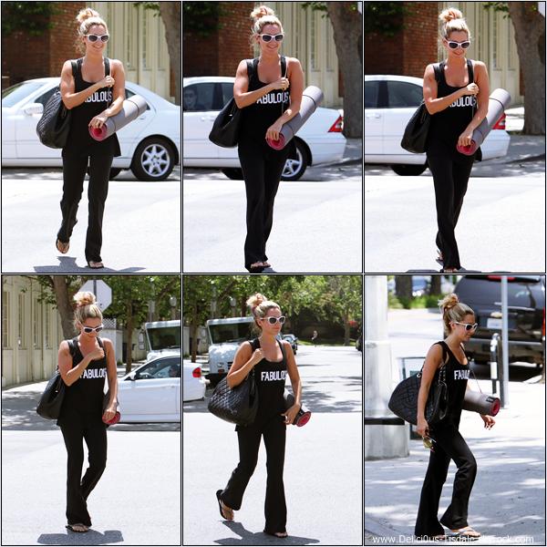 Ashley allant/quittant un cours de yoga et allant ensuite déjeuner au Kings Road Café en compagnie de Jacob Fatoorechi et Bonnie Hussey à Studio City ce Jeudi 19 Avril.
