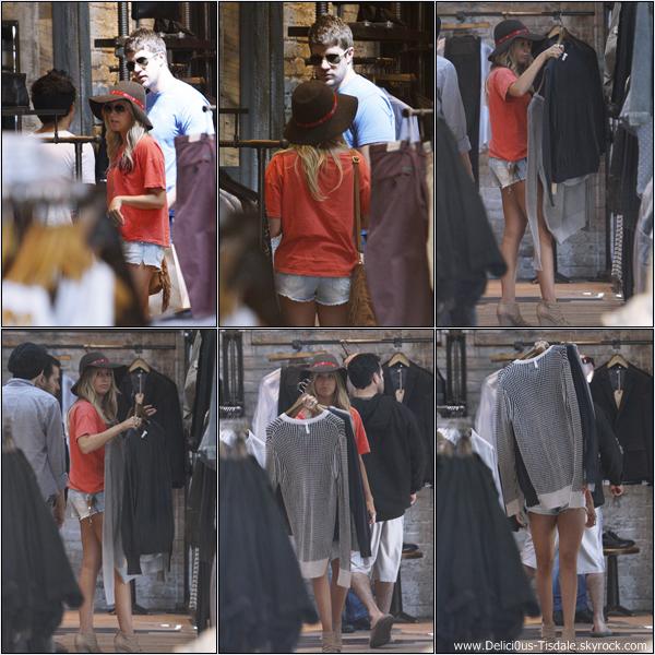 Ashley faisant du shopping accompagnée de son petit-ami Scott sur Robertson Boulevard ce Samedi 21 Avril.