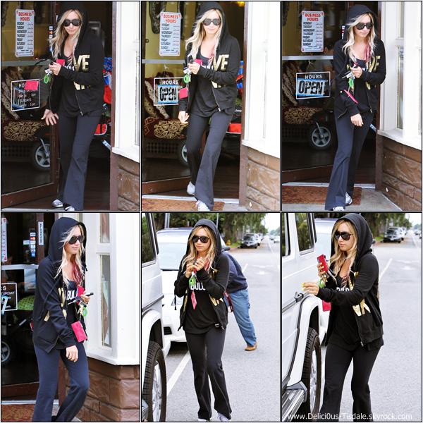 Ashley quittant un salon de beauté à Los Angeles ce Mardi 1er Mai.
