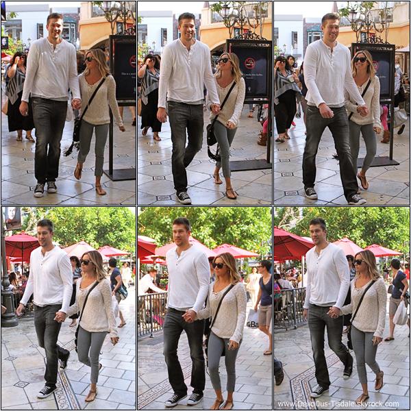Ashley et son petit-ami Scott quittant le Pacific Theatres dans West Hollywood ce Dimanche 06 Mai.
