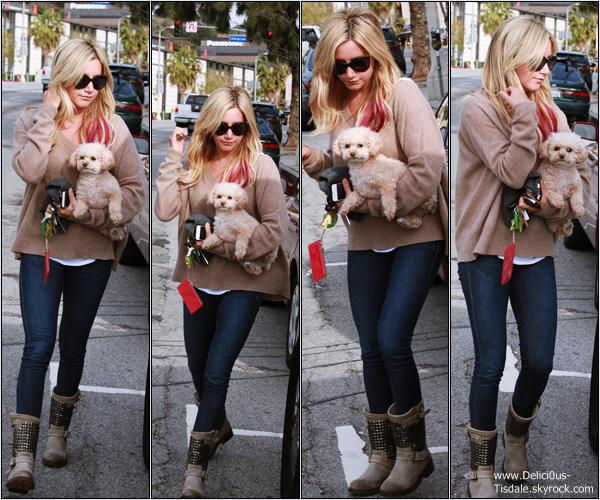Ashley dans les rues de Studio City avec sa chienne Maui ce Jeudi 12 Avril.