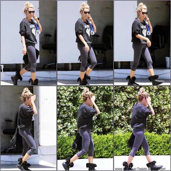 Ashley se promenant dans les rues de Beverly Hills ce Mardi 05 Juin.