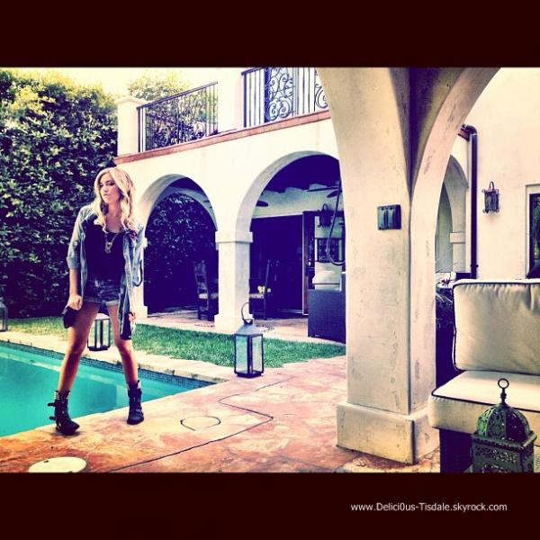 Ashley quittant la salle de gym Equinox avec son petit-ami Scott dans West Hollywood ce Dimanche 17 Juin.