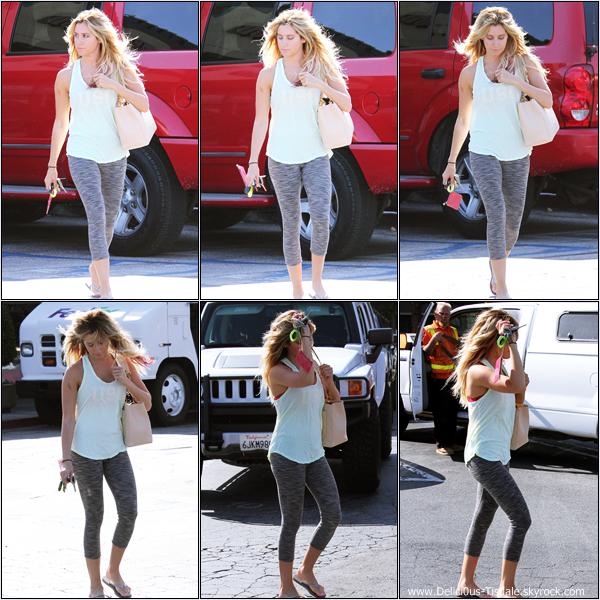 Ashley quittant un salon de beauté à Toluca Lake ce Jeudi 21 Juin.