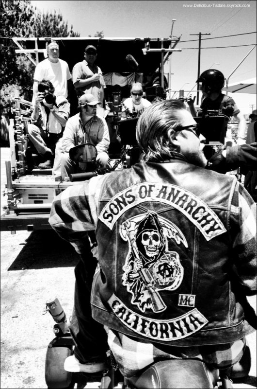Ashley sur le tournage de la série Sons of Anarchy à Los Angeles ce Lundi 25 Juin.