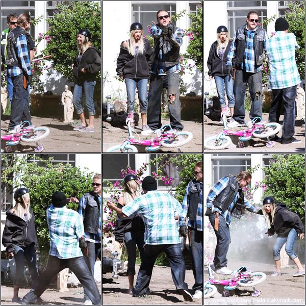 Ashley sur le tournage de la série Sons of Anarchy à Los Angeles ce Lundi 25 Juin.