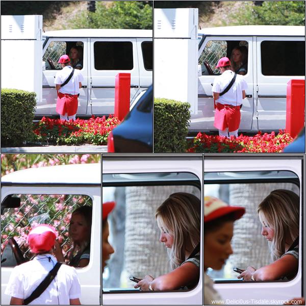 Ashley allant se chercher à manger au fast-food In-N-Out dans Studio City ce Dimanche 1er Juillet.