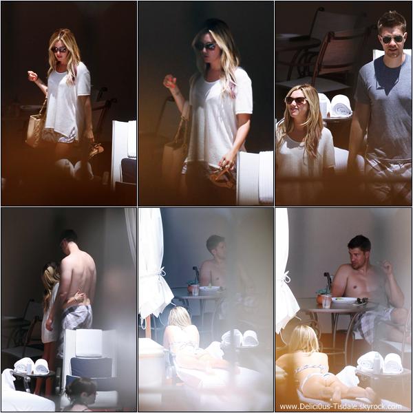Ashley peu de temps avant le mariage de son amie et styliste Emily Current au Bacara Resort And Spa avec son petit-ami Scott à Santa Barbara ce Samedi 14 Juillet.