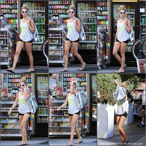Ashley se rendant à un rendez-vous d'affaires à Beverly Hills ce Mercredi 25 Juillet.