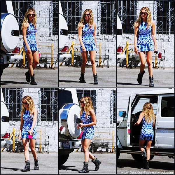-   14/08/2012 : Ashley et son amie Samantha Droke quittant le salon de beauté Nail Garden dans Burbank.   -
