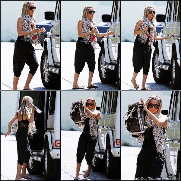 -   17/08/2012 : Ashley arrivant au Aroma Cafe à Studio City.   -
