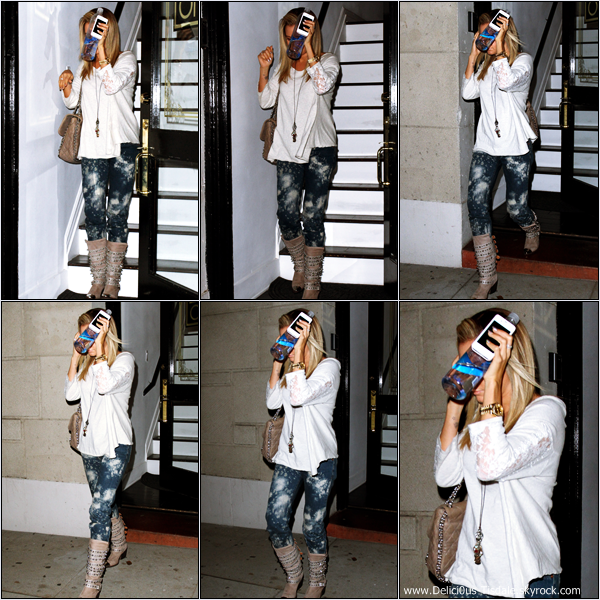 -   27/10/2012 : Ashley faisant un arrêt chez Starbucks à Los Angeles.   -