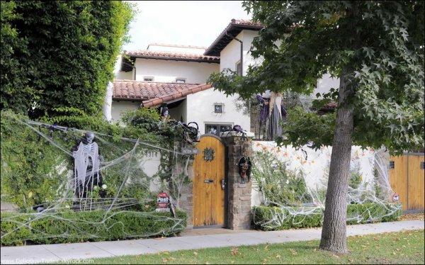 -   26/10/2012 : Ashley nous faisant part sur Twitter de la surprise qu'elle a eu en découvrant la décoration de sa maison pour Halloween que son papa Mike a réalisé.   -