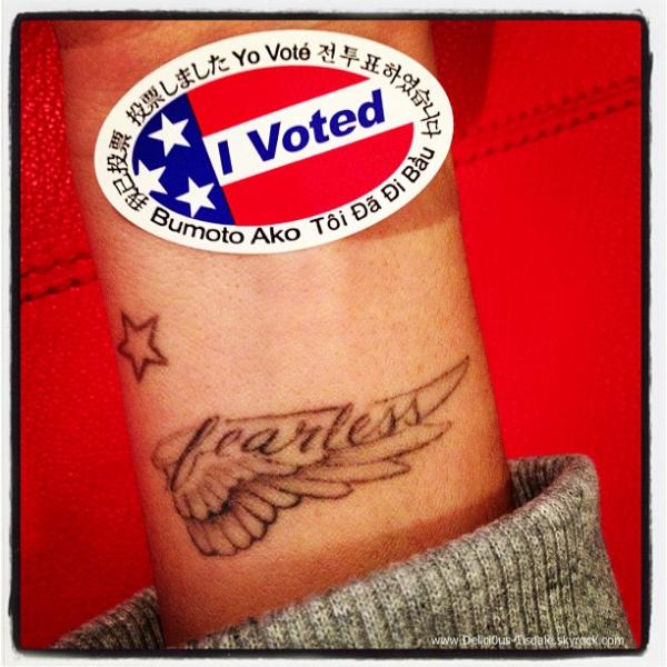 -   06/11/2012 : Ashley et sa grand-mère Marylin quittant les bureaux de vote pour l'élection présidentielle américaine à Toluca Lake.   -