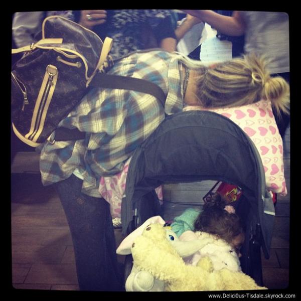 -   20/11/2012: Ashley arrivant avec sa famille à l'aéroport LAX de Los Angeles afin de prendre un vol pour la Floride.   -