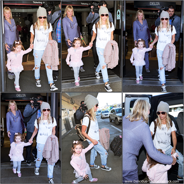 -   25/11/2012: Ashley arrivant avec sa famille à l'aéroport LAX de Los Angeles.   -