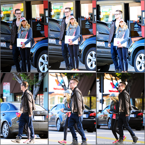 -   26/12/2012: Ashley et Christopher French quittant un magasin Apple à Los Angeles.   -