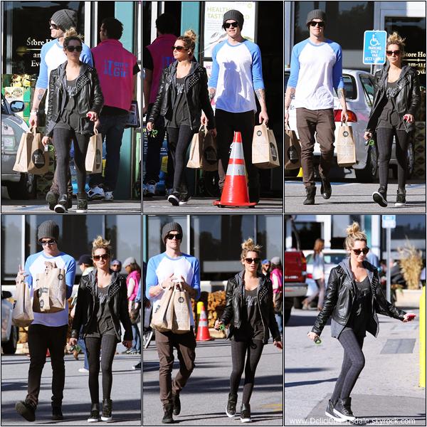 -   03/01/2013: Ashley et Christopher French quittant l'épicerie Whole Foods à Los Angeles.   -