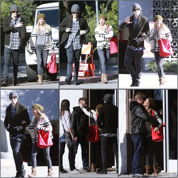 -   10/01/2013: Ashley et son petit-ami Christopher French allant déjeuner au 101 Coffee Shop avec des amis à Hollywood.   -
