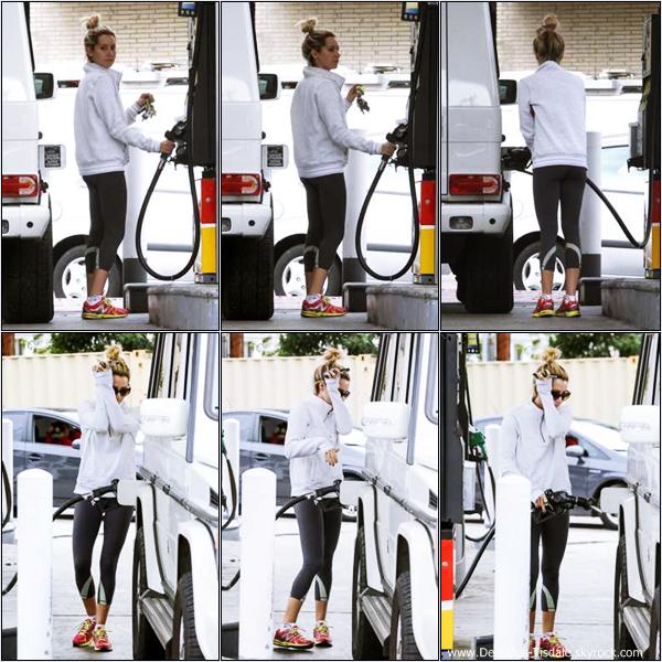 -   24/01/2013: Ashley faisant le plein de sa voiture dans une station-essence à Beverly Hills.   -