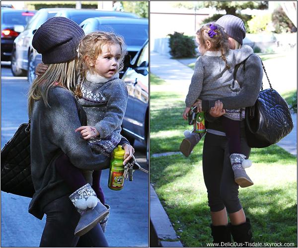 -   11/02/2013: Ashley se promenant avec sa nièce Mikayla dans les rues de Toluca Lake.   -