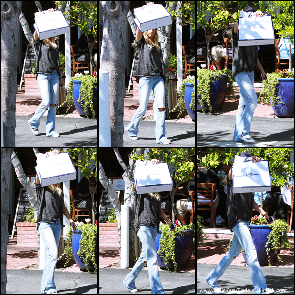 -   13/03/2013: Ashley quittant la boutique Ron Herman sur Melrose Avenue.   -
