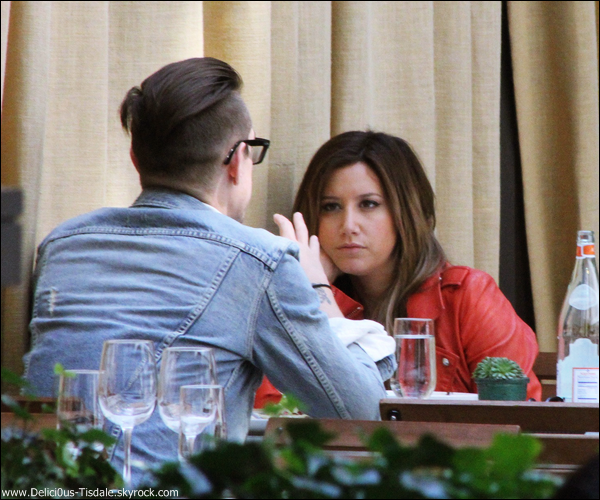 -   10/04/2013: Ashley et son petit-ami Christopher French mangeant au restaurant Isola Trattoria au Mondrian Soho Hotel à New-York.   -