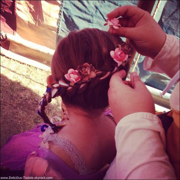 -   27/04/2013: Ashley, son petit-ami Christopher et sa nièce Mikayla à une fête sur le thème de la renaissance à Los Angeles.   -