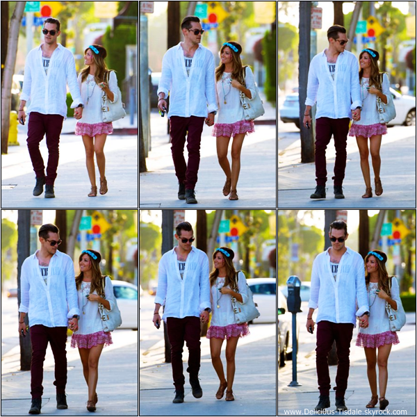 -   27/04/2013: Ashley et son petit-ami Christopher French se promenant dans les rues de Los Angeles.   -
