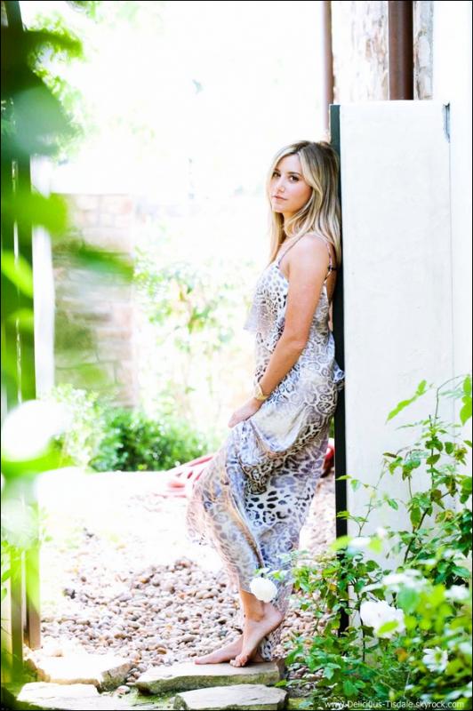 -   16/05/2013: Ashley donnant une interview pour BuzzFeed FASHION à New-York.   -