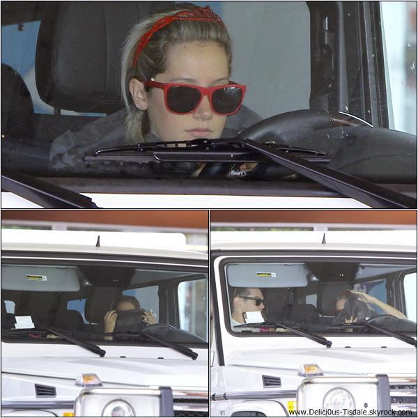 -   23/05/2013: Ashley allant chercher son petit-ami Christopher chez lui à Los Angeles.   -
