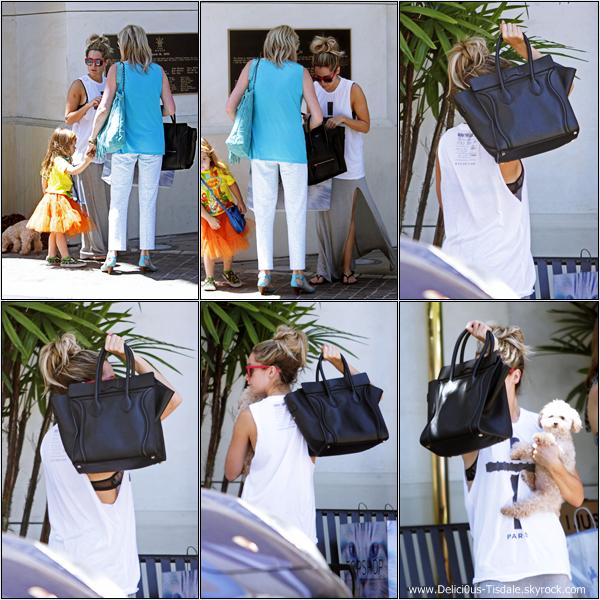 -   29/05/2013: Ashley faisant du shopping avec sa chienne Maui, sa maman Lisa, sa nièce Mikayla et une amie au Grove dans West Hollywood.   -
