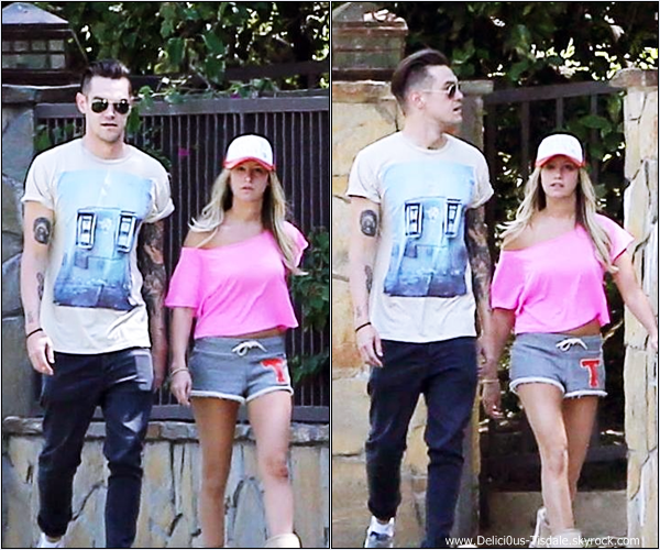 -   09/06/2013: Ashley et son petit-ami Christopher French se promenant à Toluca Lake.   -