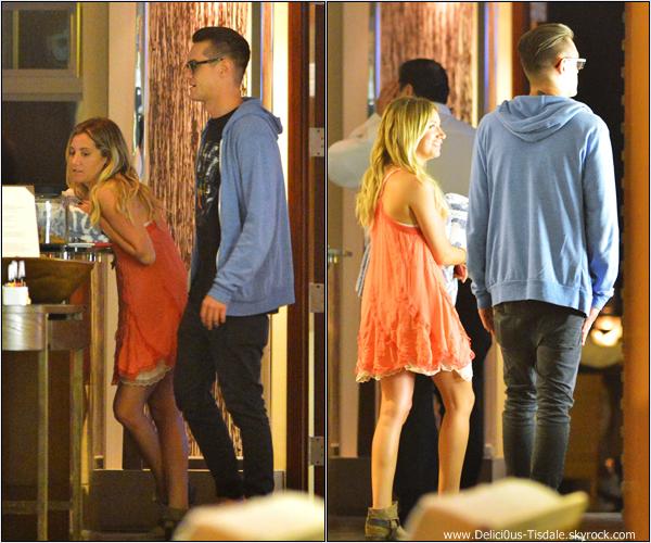 -   30/06/2013: Ashley et son petit-ami Christopher French se promenant à Malibu.   -