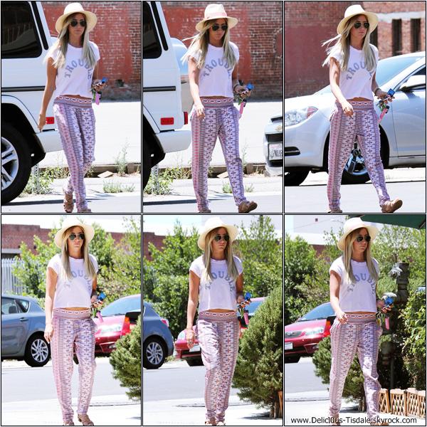 -   17/07/2013: Ashley se rendant dans un bureau pour quelques rendez-vous concernant sa compagnie de production à Burbank.   -