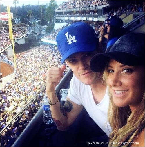 -   27/07/2013: Ashley et son petit-ami Christopher French assistant à un match de baseball à Los Angeles.   -