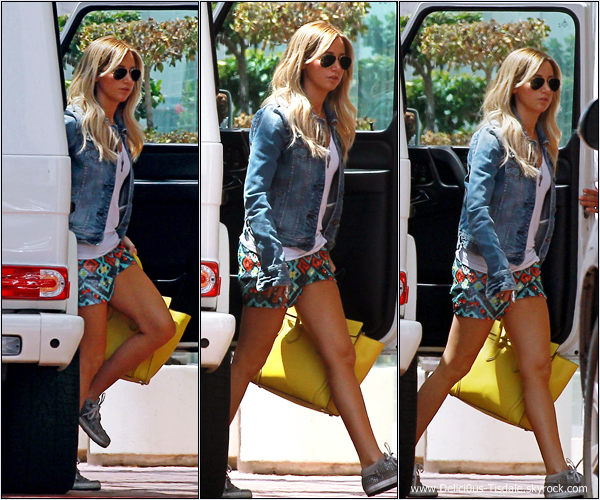 -   31/07/2013: Ashley faisant du shopping chez Neiman Marcus à Beverly Hills.   -
