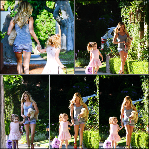 -   01/08/2013: Ashley et sa chienne Maui quittant le magasin Planet Blue à Beverly Hills.   -