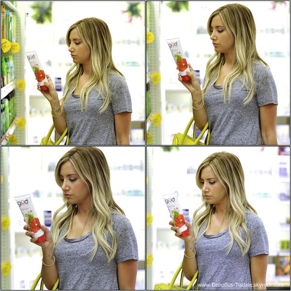 -   05/08/2013: Ashley faisant quelques courses au magasin Target à Los Angeles.   -