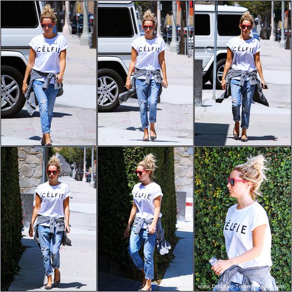 -   06/08/2013: Ashley faisant du shopping sur Robertson Boulevard.   -